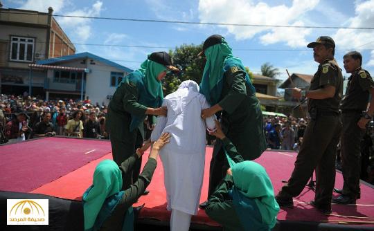 شاهد: إندونيسيا تجلد شبان وفتيات بتهمة المواعدة بينهما – صور وفيديو