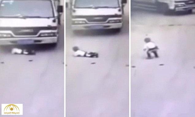 بالفيديو: سرعة بديهة طفل تنقذه من شاحنة كادت أن تدهسه