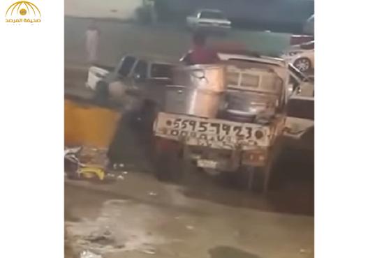 """بتوجيه من أمير عسير القبض على عامل يلقي """"مفطحات أرز"""" في القمامة-فيديو"""