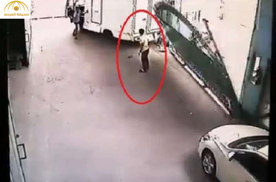 بالفيديو: باب حديدي ضخم يسحق رجلاً بعد اصطدام شاحنة به!