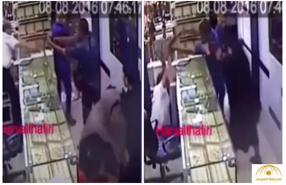 """فيديو: شاهد سيدة مصرية """"شجاعة"""" تهاجم رجل مسلح حاول السطو على  محل ذهب في القاهرة"""