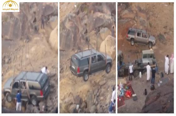"""بالفيديو:إنقاذ سيارة """"تاهو"""" بعد سقوطها من أعلى جبل بالمدينة المنورة"""