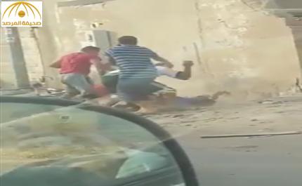 فيديو: شاهد..رجلان  يعتديان بصورة وحشية على آخر  في جدة