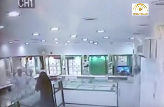 البائع يكشف تفاصيل جريمة السطو على محل الذهب في العيص.. ويؤكد بأنه ليس امرأة -فيديو