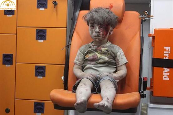"""خاشقجي يعلق على صورة لطفل سوري عقب خروجه من تحت الأنقاض: """"كأنه في قمة عربية يوبخ الصامتين"""""""