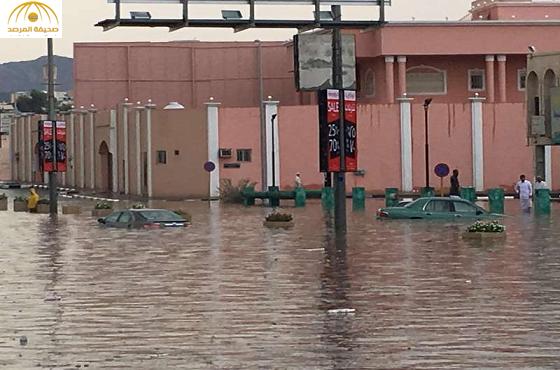 بالصور:الأمطار الغزيرة تُخفي سيارات ومكائن الصرف بالطائف