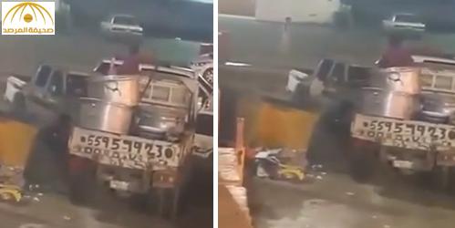 """بالفيديو: عامل يلقي """"مفطحات أرز"""" في القمامة"""