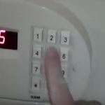 بالفيديو: لهذا السبب يجب أن لا تثق بخزنة غرفة الفندق