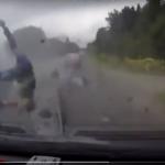 فيديو مروّع يرصد تطاير 3 أشخاص من سيارة اصطدمت بشاحنة