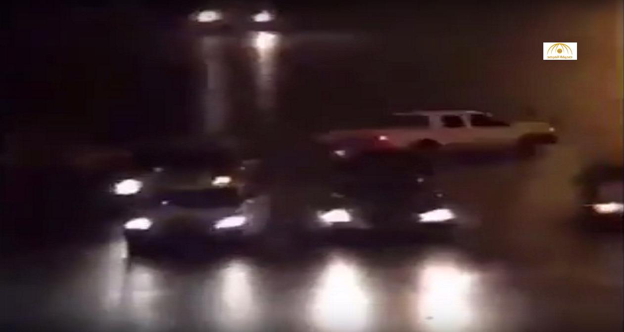 بالفيديو: اصطدام مفحط بسيارة أخرى لحظة هروبه من كمين مروري بالرياض