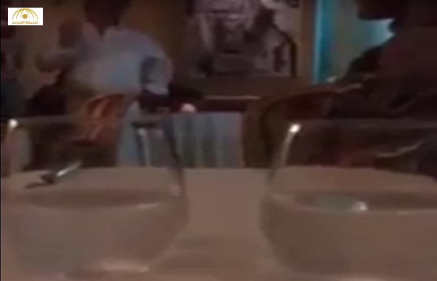 بالفيديو: صاحب مطعم في فرنسا يطرد سيدتين مسلمتين ويصفهن بالإرهابيات
