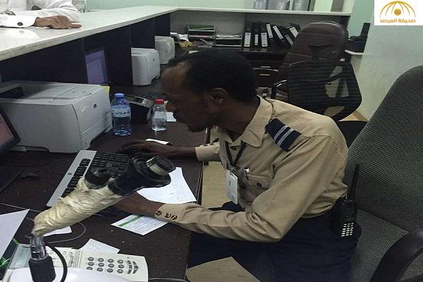 صورة موظف أمن يقوم بأعمال استقبال المرضى بمستشفى الملك عبدالله في بيشة تثير الجدل على تويتر