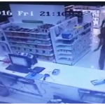 """بالفيديو: شرطة جدة تلقي القبض على 3  """"مقنعين"""" سعوديين سطو  على صيدلية"""