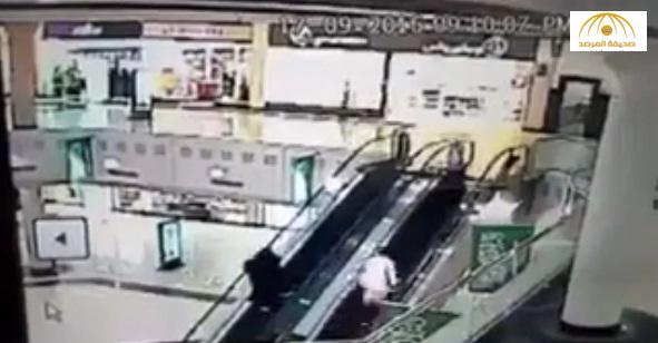 بالفيديو .. لحظة انقاذ طفل قبل سقوطه من أعلى سلم متحرك بالقصيم