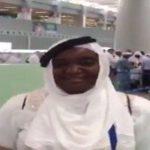 """شاهد: سيدة إفريقية قدمت للسعودية وهي ترتدي هذا اللبس """"فاهمه غلط""""!"""