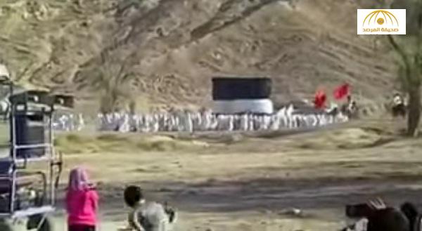 شاهد: إيرانيون شيعة يطوفون حول كعبة صنعوها في جزيرة قشم ويرددون لبيك