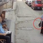 """فيديو: سرقة حقيبة سيدة """"مصرية"""" في وضح النهار بأحد شوارع الإسكندرية"""