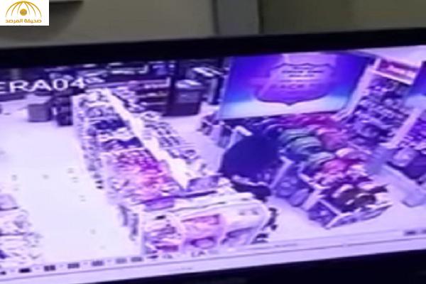 بالفيديو : منتقبة تسرق أساور ذهبية من يد طفلة بالأحساء