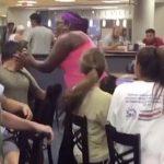 فيديو: سيدة أمريكية تفقد مراهق وعيه بـ صفعة في مكان عام