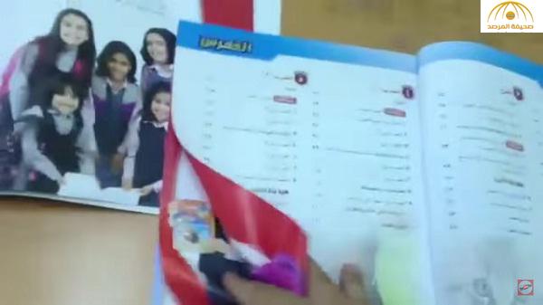 """معلم سعودي يمزق كتاب لاحتوائه على صور فتيات ومغردون يصفونه بـ"""" داعشي"""" – فيديو"""