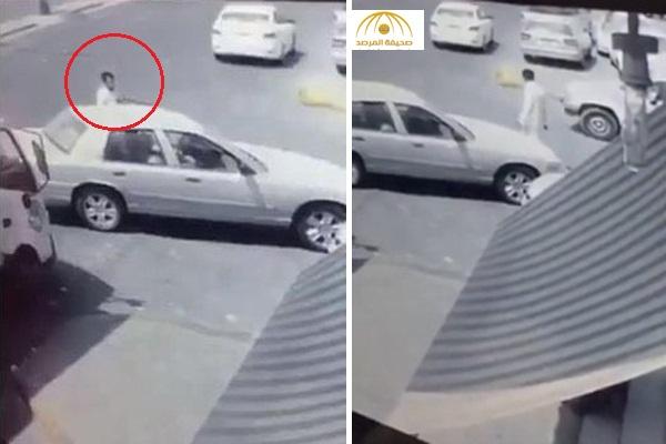 بالفيديو : سرقة سيارة في وضع التشغيل من أمام محل تجاري