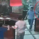 بالفيديو : مصري يضرب زوجته بأحد المطاعم فترد له الصاع صاعين بالضربة القاضية