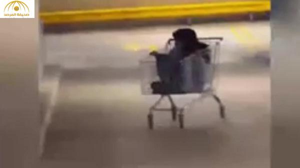 بالفيديو : نهاية مؤلمة لفتاة قررت ركوب عربة تسوق
