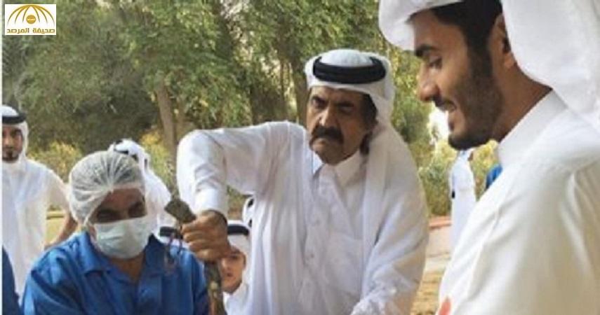 الشيخ حمد بن خليفة يثير إعجاب متابعيه بعد نشر صورته وهو يذبح أضحيته بنفسه – صورة