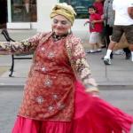 """شاهد:أميركية ترقص على """"الشيلات السعودية """" بسانتا مونيكا في لوس أنجلوس"""