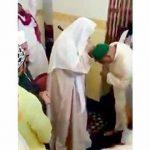 بعد تبرك الحجاج به ..إمام مسجد يبرر : حاولت التهرب  ولكن خشيت اعتبار سحب يدي تكبرا!