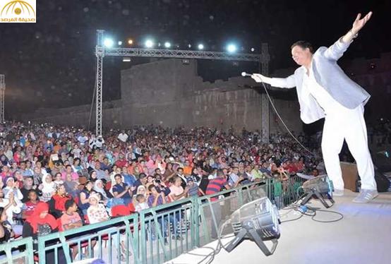 مطرب مصري شهير  يختم حفله الغنائي بتلاوة سورة قرانية ــ صور