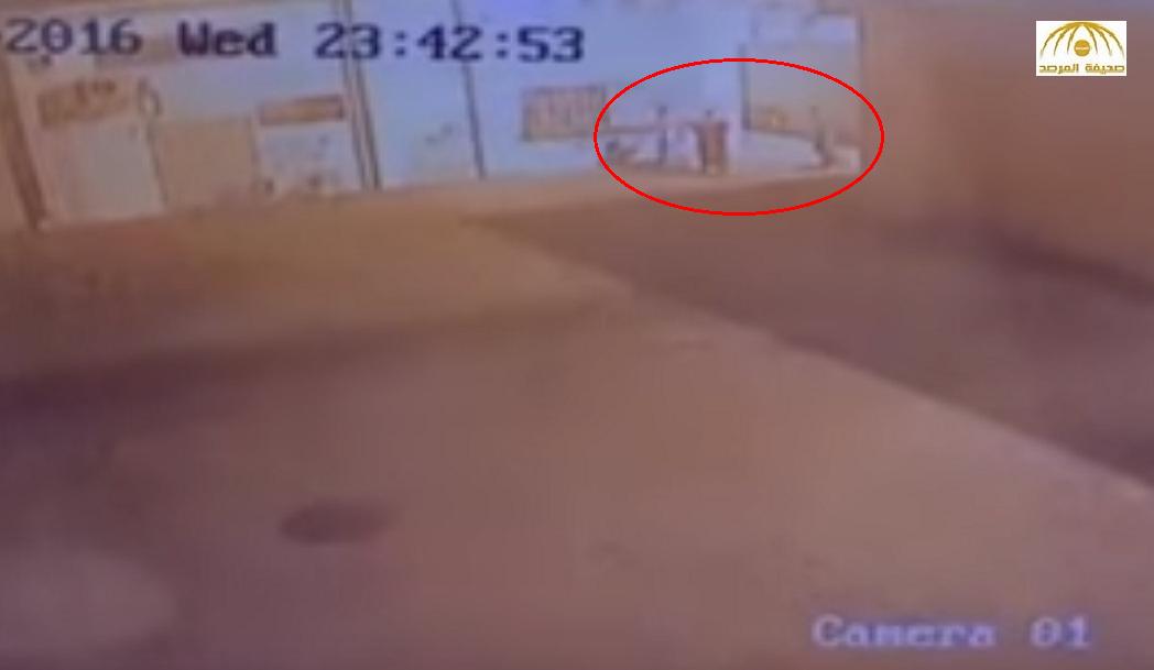 كاميرا مراقبة ترصد مراهقين كتبوا كلمات غير لائقة على جدران مدرسة بالخرمة – فيديو