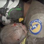 بالفيديو: إنقاذ رضيعة من تحت منزل أحاله القصف الروسي الإرهابي إلى ركام فوق ساكنيه