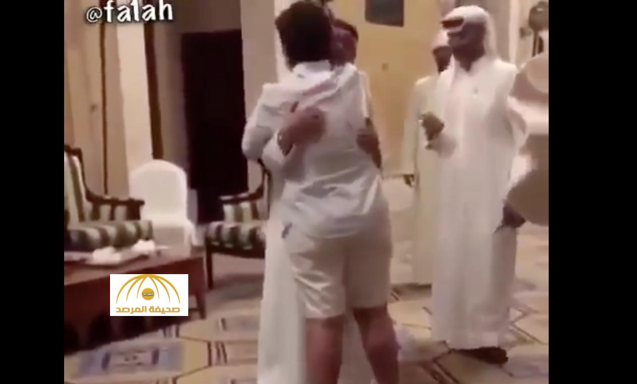 """فيديو : """"شما حمدان"""" تعانق  الفنان """"عبد المجيد عبدالله"""" والأخير يبادرها بقبلة"""