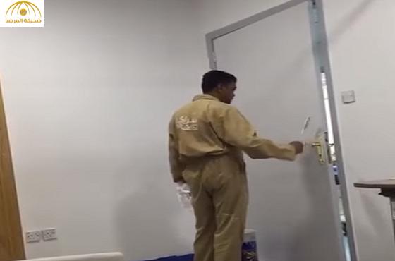 """بالفيديو:عامل بمستشفى""""بقيق الحكومي""""يدهن غرفة والمريض بداخلها"""