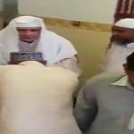 بالفيديو: مصلون يتبركون بإمام مسجد في مكة بتقبيل يده والشرب من أثره