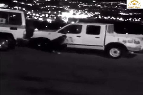 بالفيديو : لحظة هروب شاب بسيارته بعدما أوقفه رجل أمن لمخالفته الأنظمة