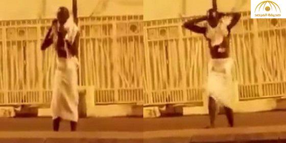 شاهد .. فيديو طريف لـ حاج إفريقي يجري إحماءات قبل رمي الجمرات