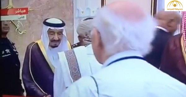 صورة: الكشف عن السبب الحقيقي وراء عدم مصافحة مسؤول يمني للملك سلمان أثناء تهنئته بالعيد