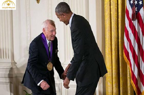 بالفيديو:ممثل كوميدي يحاول تجريد أوباما من سرواله على الهواء مباشرة!
