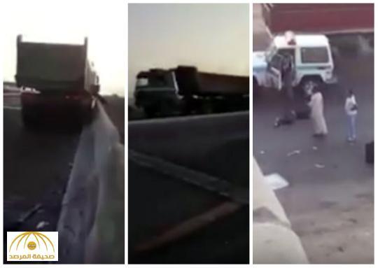 بالفيديو :تصادم شاحنتي نقل و سقوط شخص من فوق جسر في بجدة