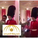 فيديو: شاهد ماذا حدث لسائح سعودي حاول لمس أحد حرس الشرف البريطاني
