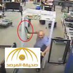 بالفيديو : لحظة إطلاق النار على مختل هاجم ضباط أمن مطار بساطور في أمريكا