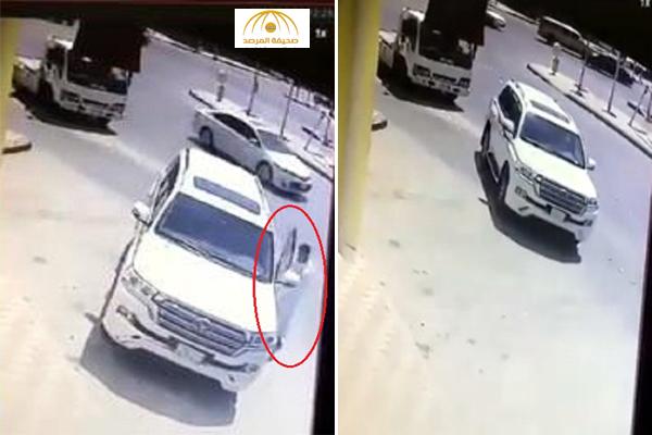 """بالفيديو : لحظة سرقة سيارة """"لاند كروزر"""" في حي النسيم بالرياض"""