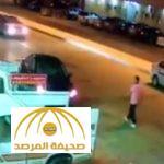بالفيديو: شاهد ماذا حصل لسيارة مواطن بعد نزوله للشراء من بقالة بحي الحمراء فى الرياض!
