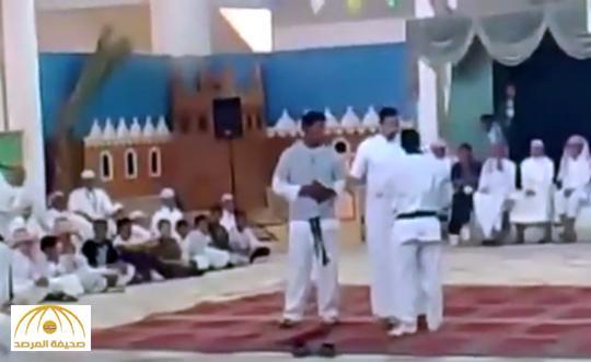 بالفيديو: مدرب كاراتيه يستعرض مهارته أمام الطلاب .. شاهد ماذا حدث له مع هذا المعلم !