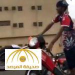 بالفيديو : مواطن يستعرض بدراجته النارية على طريق جدة .. و لكن شاهد ماذا حدث !!