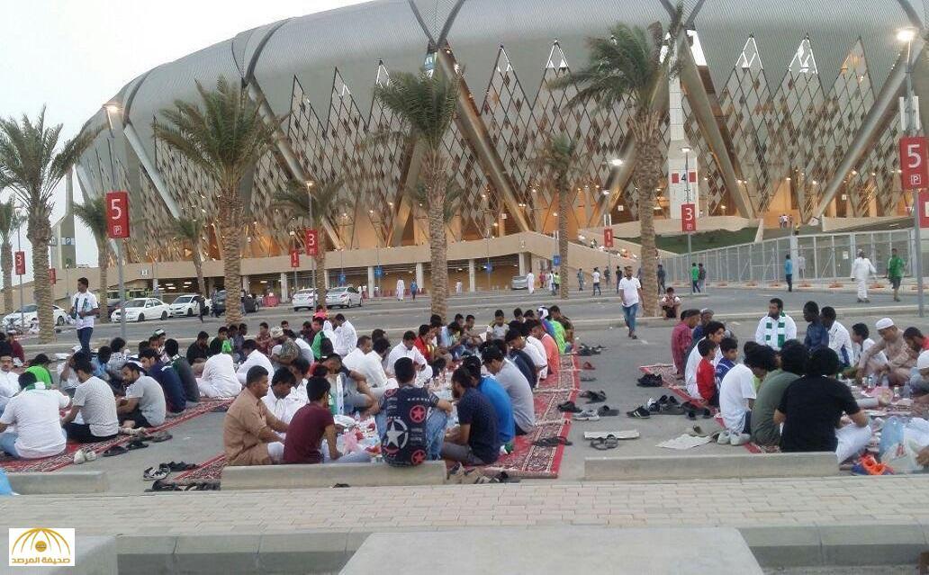 بالفيديو والصور: شاهد.. إفطار صيام عاشوراء يجمع الجماهير السعودية خارج ملعب الجوهرة
