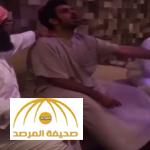 فيديو.. مقلب: شيْخ يقرأ على شاب مسحور وفجأة ينطق الجن.. شاهد ردة فعل الشيخ ؟!