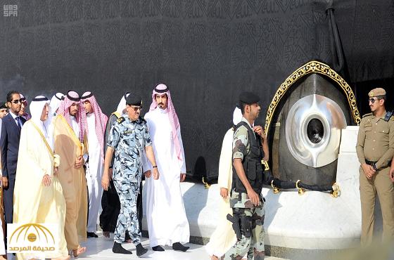 بالصور:أمير منطقة مكة المكرمة يغسل الكعبة نيابة عن الملك